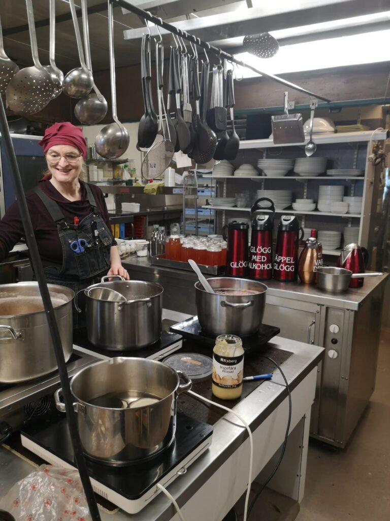 Roswitha lagar mat till Julbord