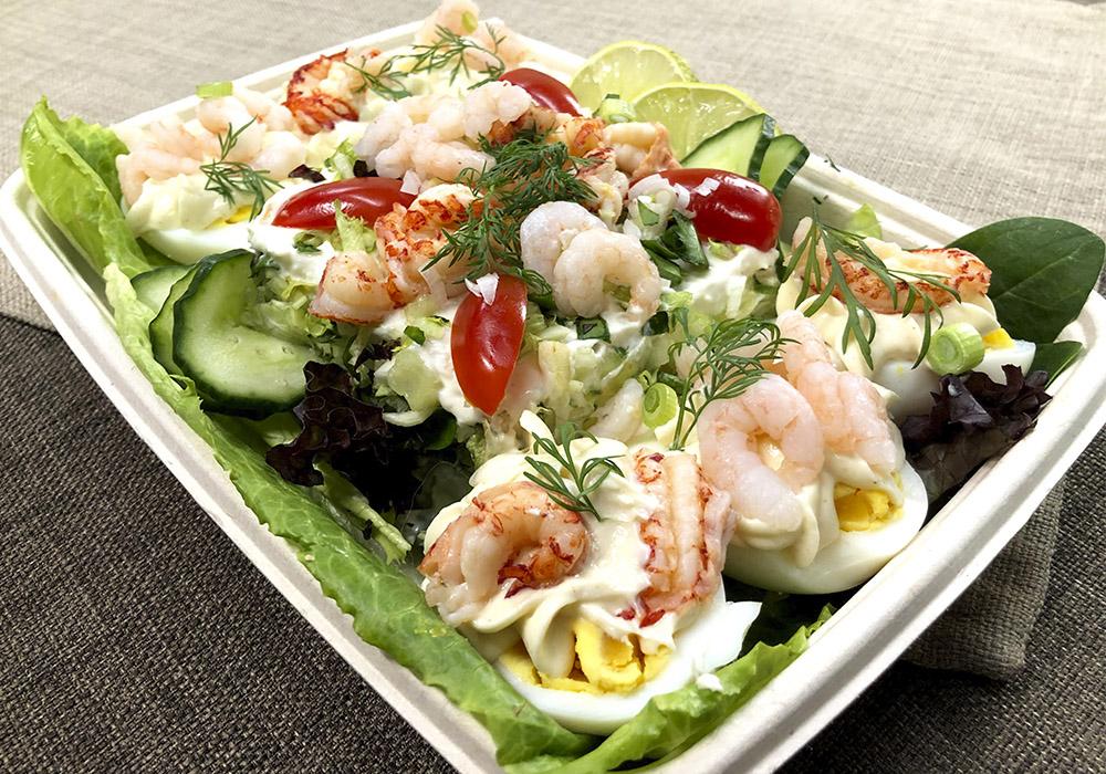 Kall fat med ägg smörgåstårta och skaldjur